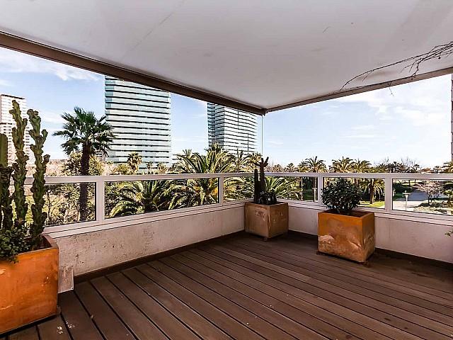Heller Wohnbereich mit spektakulärer Glasfassade der Luxus-Wohnung zum Verkauf im Paseo de Garcia Faria, Diagonal Mar