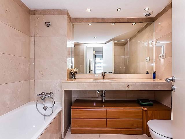 Belle et spacieuse salle de bain dans un appartement de luxe en vente à Diagonal mar à Barcelone