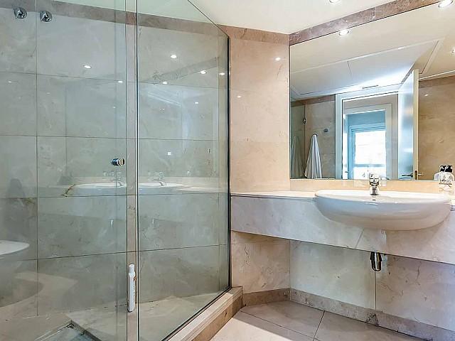 Grande-baño-con-ducha-apartamento-de lujo-diagonal-mar-barcelona