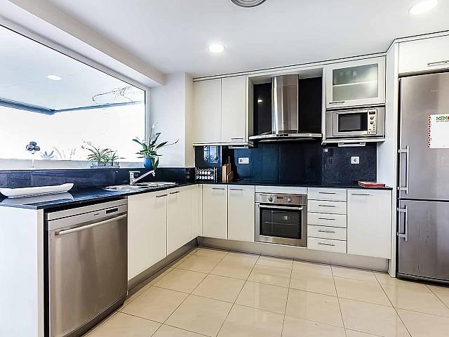 cocina-moderna-apartamento-de lujo-diagonal-mar-barcelona