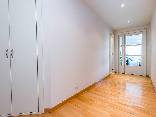 grande-soleado-pasillo-apartamento-de lujo-diagonal-mar-barcelona