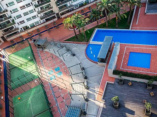 Vue de l'extérieur d'un appartement de luxe en vente à diagonal mar à barcelone