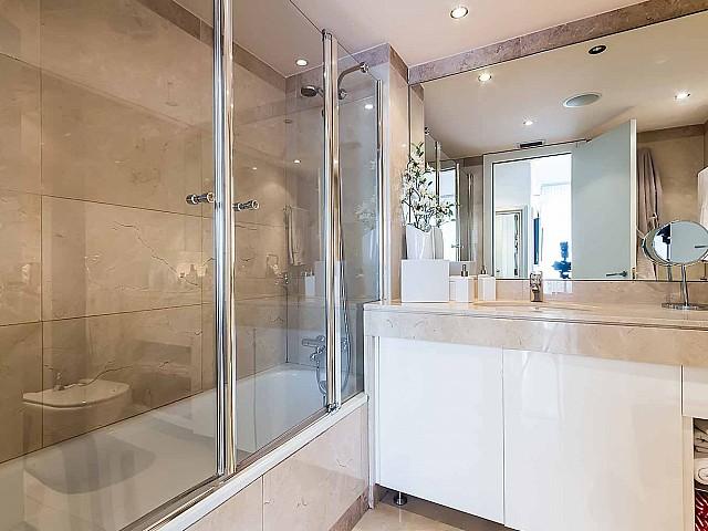Elegante baño completo-lujoso-apartamento-en venta-Barcelona-Diagonal Mar