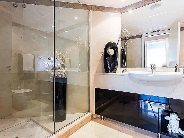 Luxuriöser Badezimmer der Luxus-Wohnung zum Verkauf in Diagonal Mar