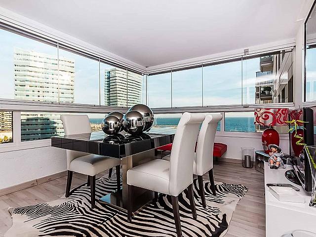 Salle à manger lumineuse dans un appartement de luxe en vente à Diagonal mar à Barcelone