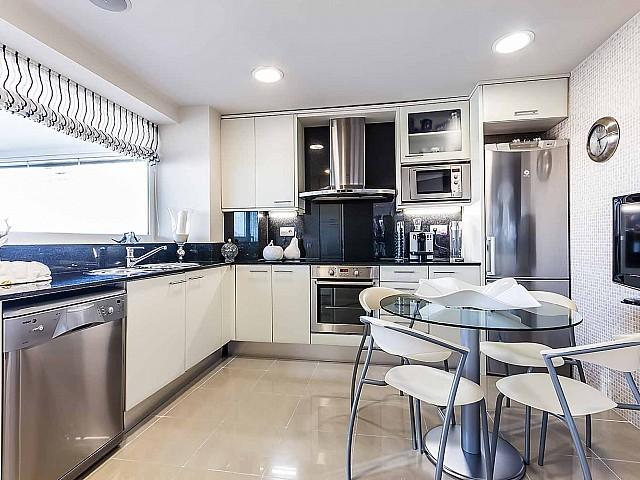 Luxuriöse Küche der Luxus-Wohnung zum Verkauf in Diagonal Mar
