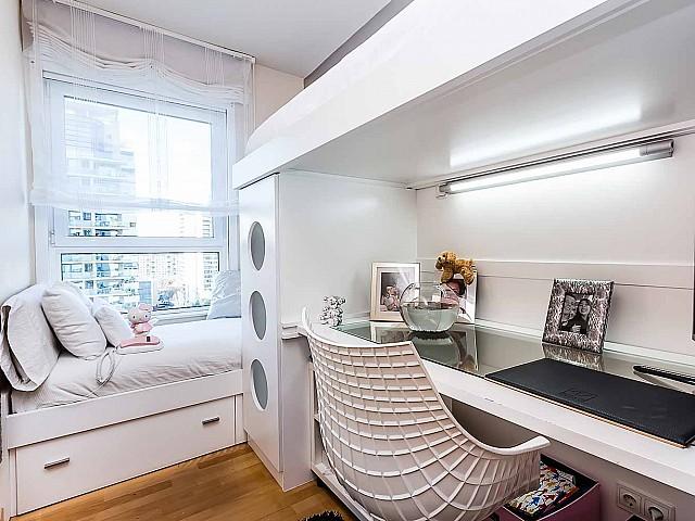 Helles Schlafzimmer der Luxus-Wohnung zum Verkauf in Diagonal Mar