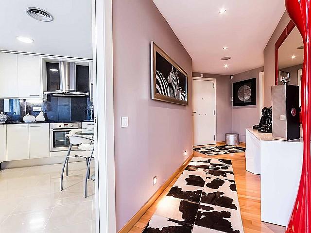 Beau couloir dans un appartement de luxe en vente à diagonal mar à barcelone