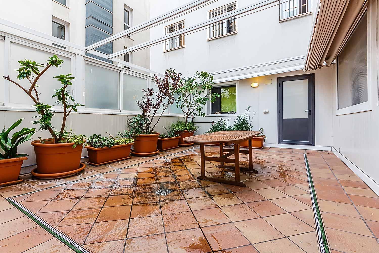 Grande terrasse dans un appartement en vente à Barcelone
