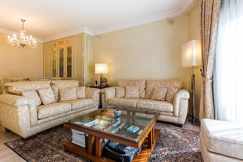 Grand et lumineux salon dans un appartement en vente à Barcelone