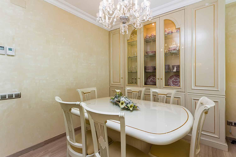 Lumineuse et chaleureuse salle à manger dans un appartement en vente à Barcelone