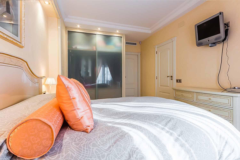 Helles Schlafzimmer in der Wohnung zum Verkauf in der Avenida Paralelo in Barcelona