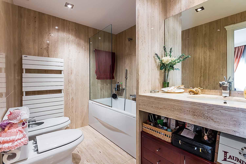 vista de baño completo con bañera en piso en venta en el Paralelo de Barcelona