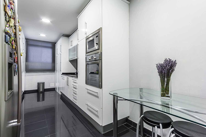 Cuisine spacieuse et équipée dans un appartement en vente à Barcelone