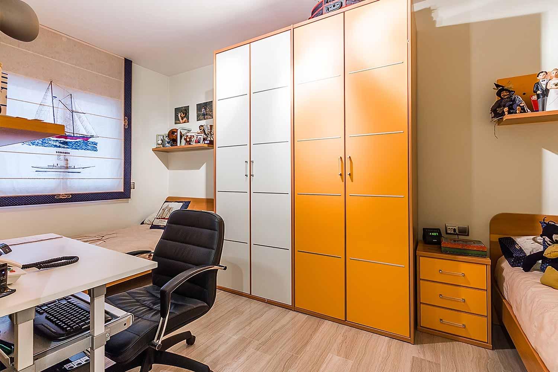 Dormitori 3 amb escriptori i armaris