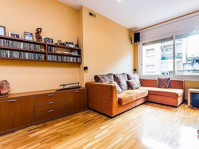 Вид просторной гостинной-столовой в роскошной квартире на продажу в Грасия, Барселона