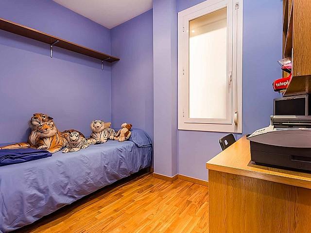 Вид прекрасной комнаты в роскошной квартире на продажу в Грасия, Барселона