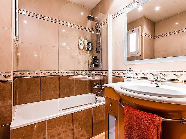 vista de baño con bañera en piso en venta en Barcelona, barrio de Gracia