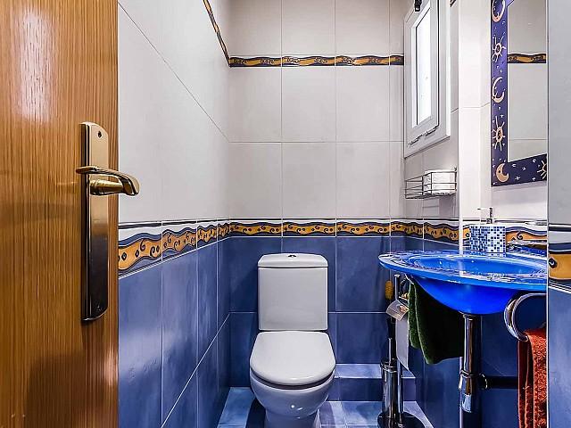 Toilettes dans un appartement de luxe en vente à Gracia à Barcelone