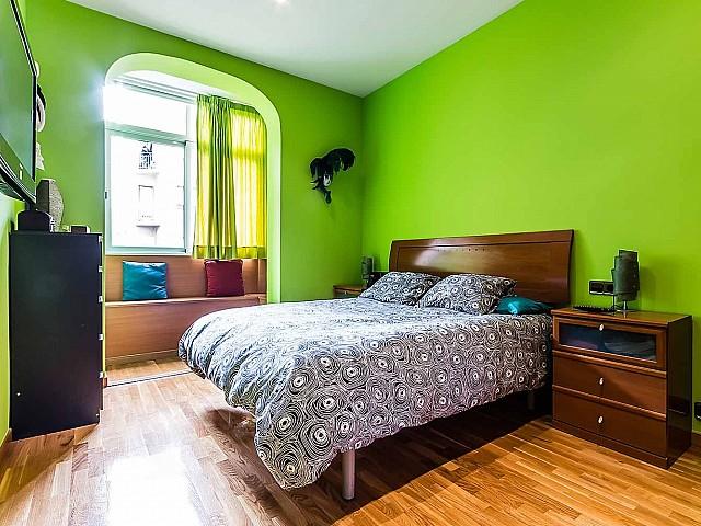 vista de habitación doble de piso en venta en Barcelona, barrio de Gracia