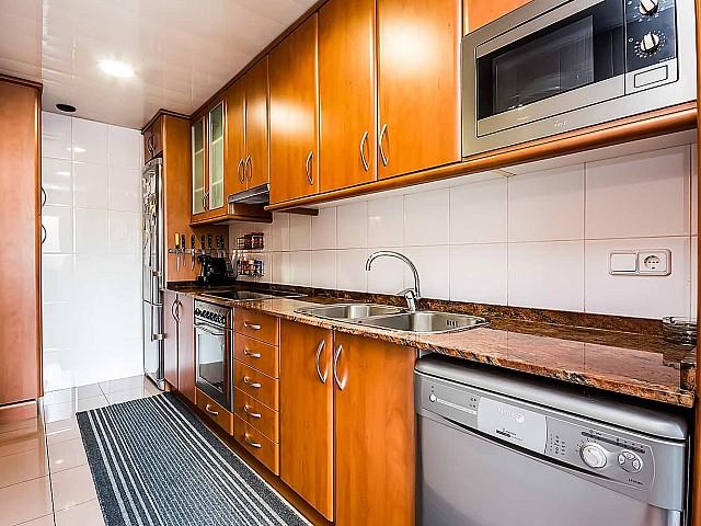 Вид красивой кухни в роскошной квартире на продажу в Грасия, Барселона