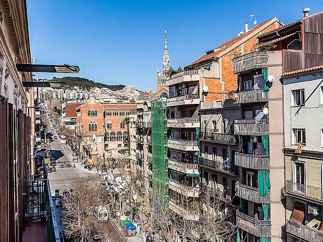 Вид балкона в удобной квартире на продажу в районе Sagrada Familia, Барселона