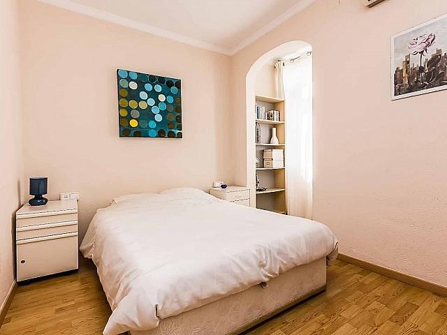 Geräumiges und helles Schlafzimmer der Luxus-Wohnung nahe der Sagrada Familia zu verkaufen