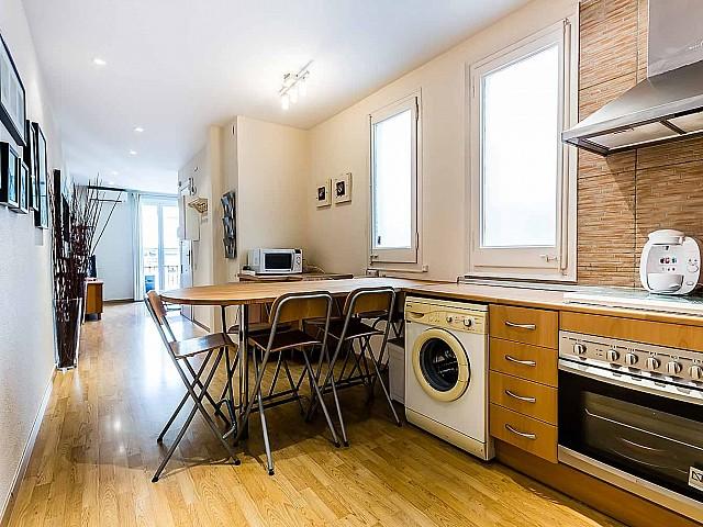 Вид кухни в удобной квартире на продажу в районе Sagrada Familia, Барселона