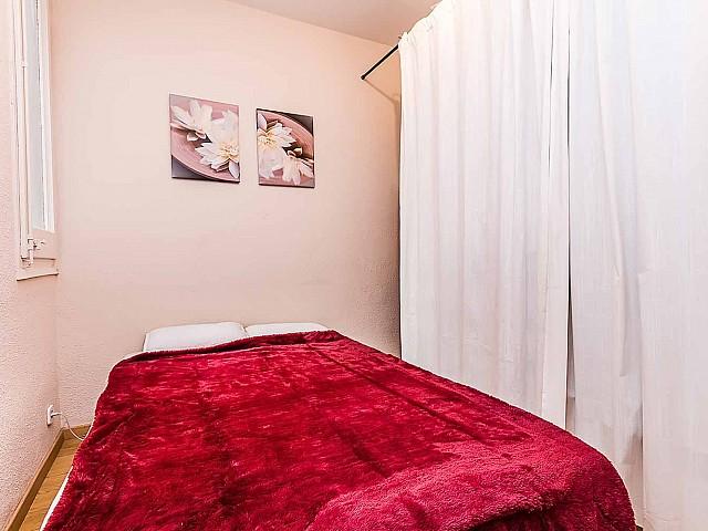 Вид спальни удобной квартире на продажу в районе Sagrada Familia, Барселона