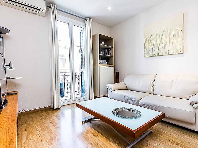 Вид гостиной в удобной квартире на продажу в районе Sagrada Familia, Барселона