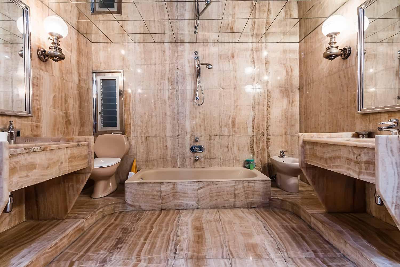 Amplio cuarto de baño de piso con mucho carácter en venta en Sarrià-Sant Gervasi