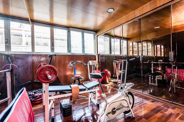 Salle de sport équipée dans appartement luxueux en vente à Barcelone