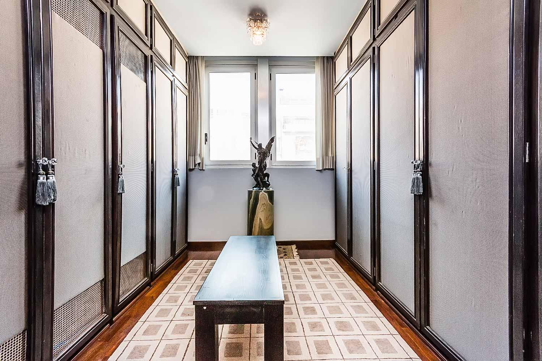 Très grand dressing dans appartement luxueux en vente à BArcelone