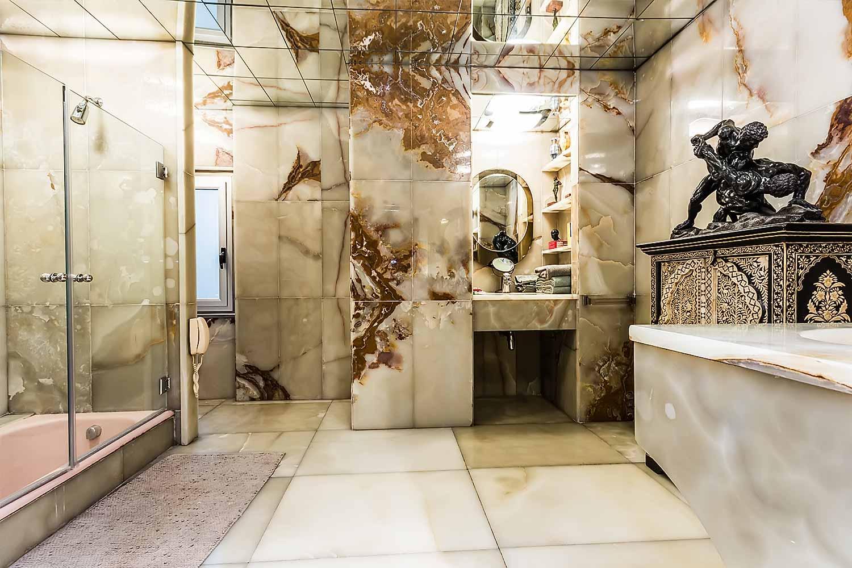Amplio cuarto de baño con decoración en marmol