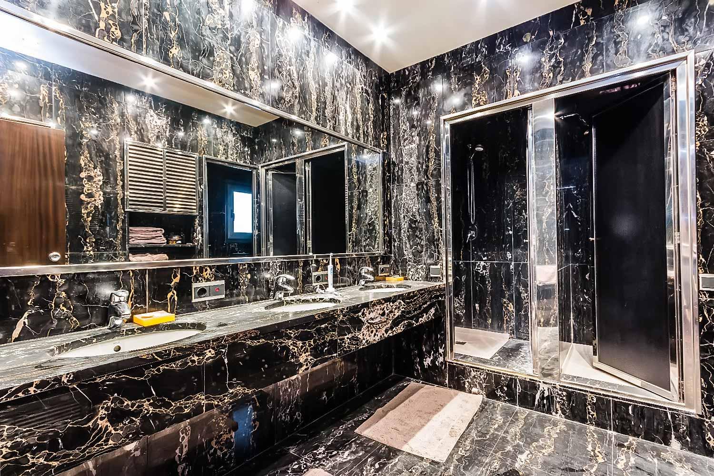 Cuarto de baño con ducha doble de piso con mucho carácter en venta en Sarrià-Sant Gervasi