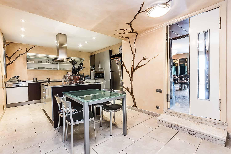 Grande cuisine équipée dans appartement luxueux en vente à Barcelone