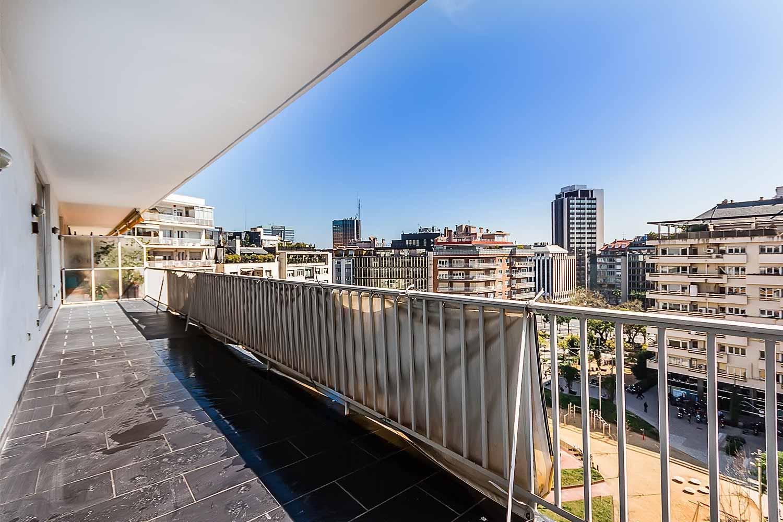 Balcon ensoleillé avec vue sur la rue dans appartement luxueux en vente à Barcelone