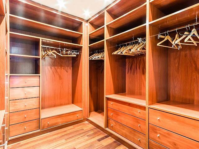 Вид встроенных шкафов в впечатляющих апартаментах в аренду в Барселоне
