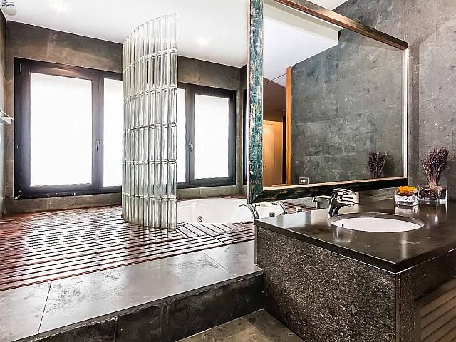 Вид потрясающей ванной комнаты в впечатляющих апартаментах в аренду в Барселоне