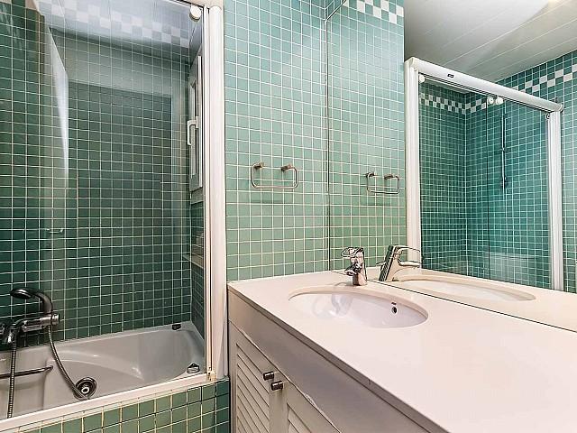 Jolie salle de bain complète dans un appartement en location à Barcelone