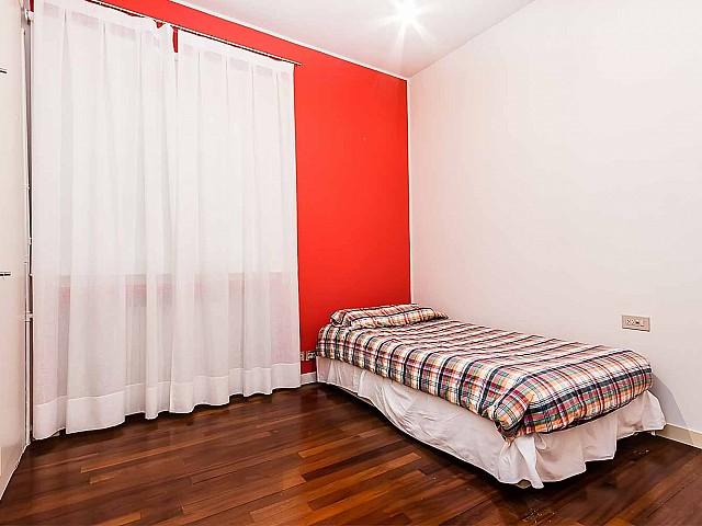 Dormitorio individual con armarios de lujoso apartamento en alquiler en Sant Gervasi - Galvanyempotrados