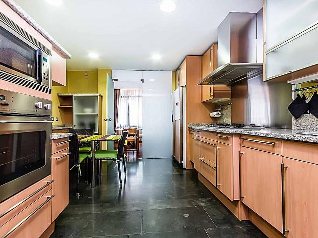 Вид оборудованной кухни в впечатляющих апартаментах в аренду в Барселоне