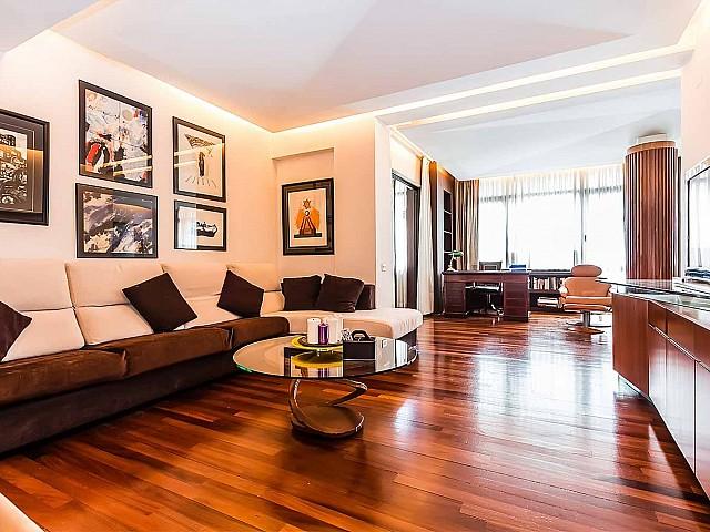 Spacieux et lumineux salon dans un appartement en location à Barcelone