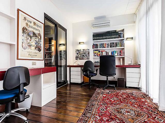 Grand bureau calme dans un appartement en location à Barcelone