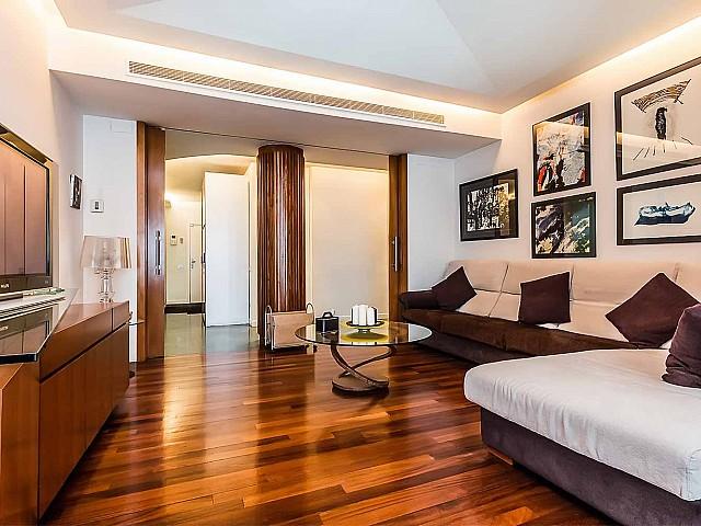 Вид гостинной-столовой в впечатляющих апартаментах в аренду в Барселоне