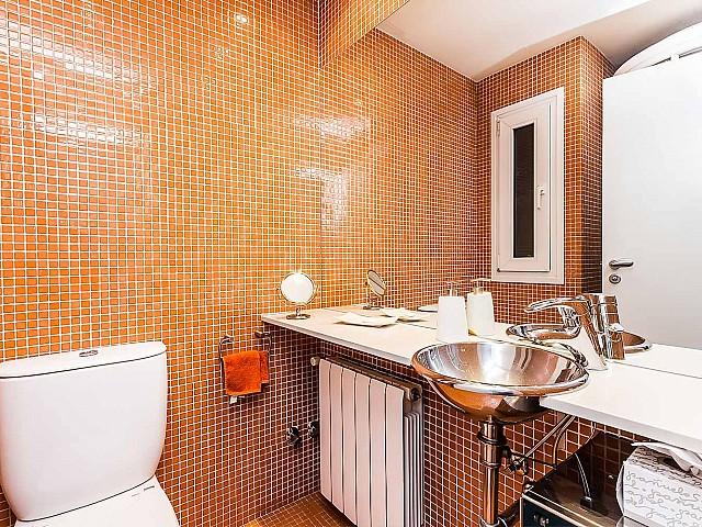 Salle de bain complète dans un appartement en location à Barcelone