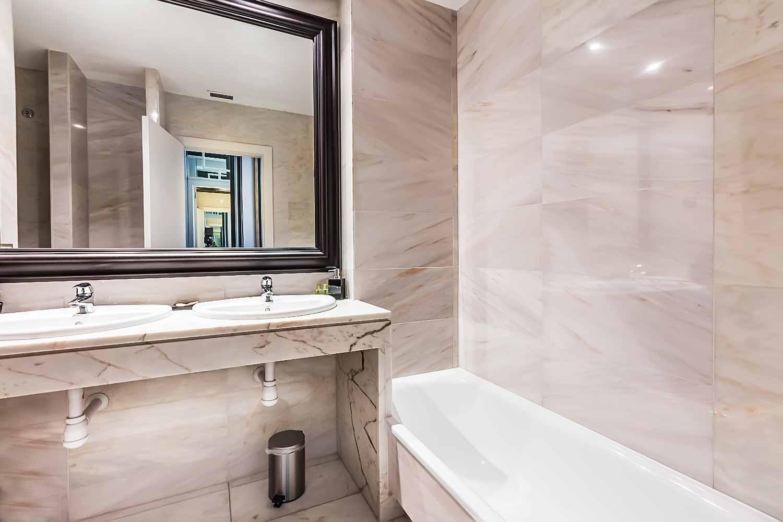 Salle de bain complete dans un luxueux appartement en vente a Eixample Barcelone