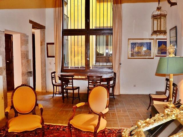Encantador piso en venta con detalles de época en finca catalogada en el Borne, Barcelona