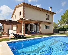 Vnta de magnífica casa con 2 viviendas independientes en urbanización  de Cubelles, Costa Dorada