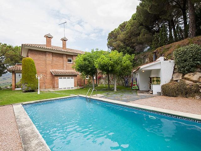 Hervorragendes Einfamilienhaus in alle vier Himmelsrichtungen in Wohnanlage in Arenys de Munt